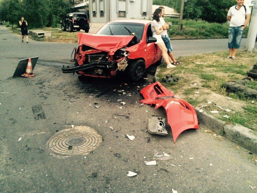 ДТП в Днепропетровске: «Таврию» отбросило на тротуар (фото) - фото 2