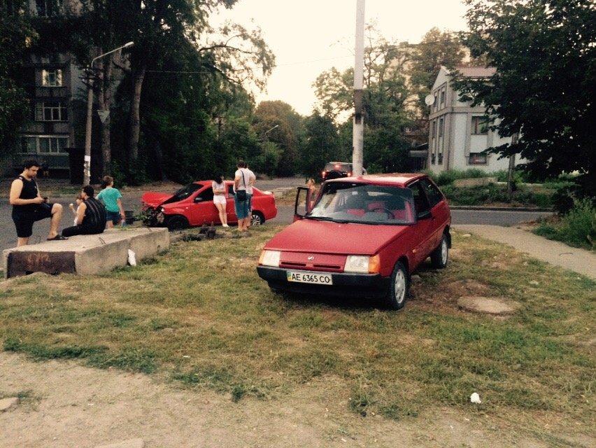 ДТП в Днепропетровске: «Таврию» отбросило на тротуар (фото) - фото 1