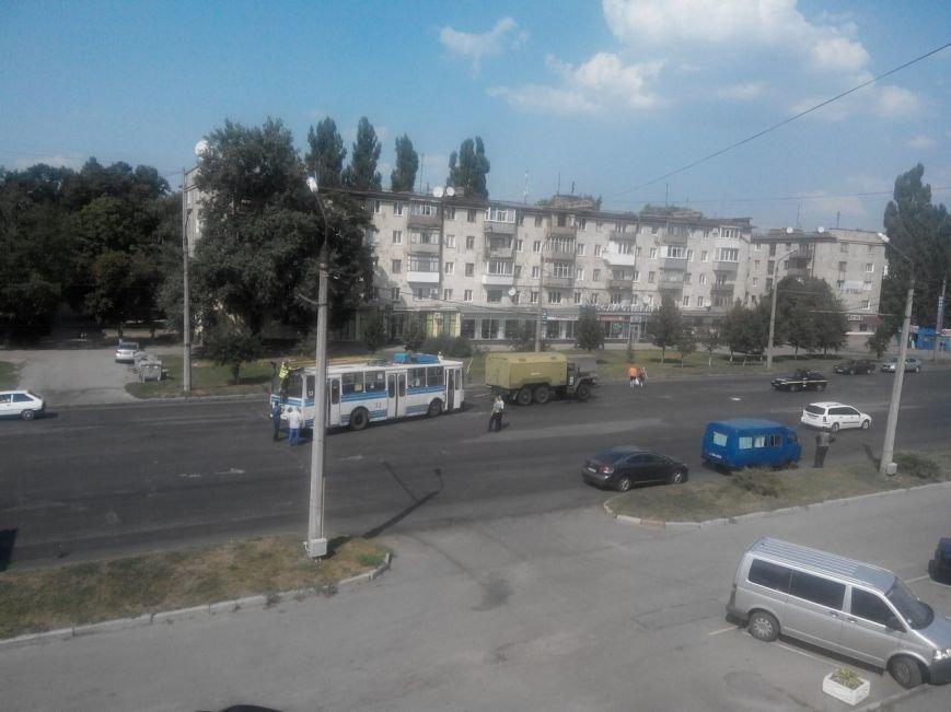 У Полтаві під час руху задимівся тролейбус. Фото (фото) - фото 1