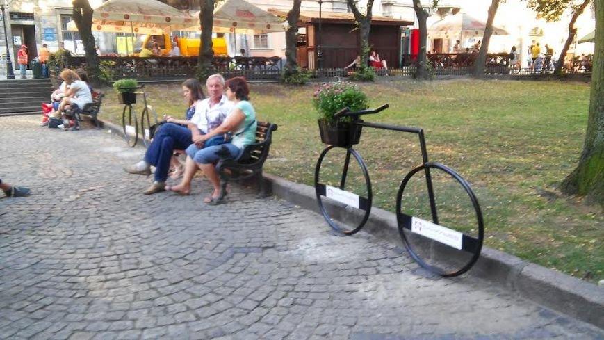 У центрі Львова встановили ще 3 неординарні велопарковки (ФОТО) (фото) - фото 1