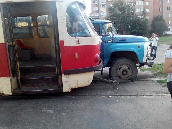 В Харькове грузовик протаранил трамвай (ФОТО) (фото) - фото 1