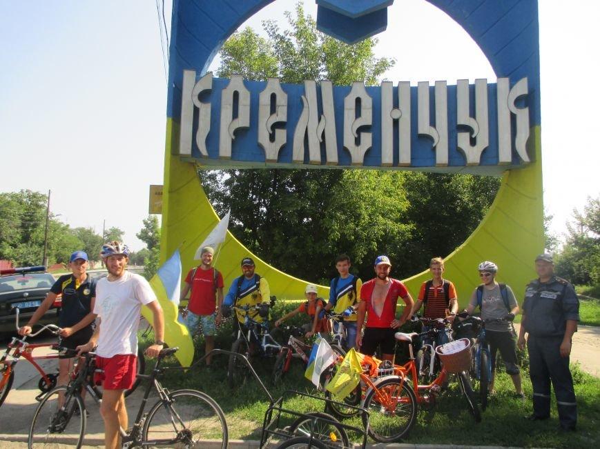 Кременчугские спасатели встретили участников велопробега на въезде в город, фото-1