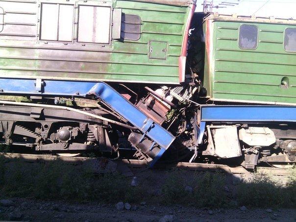 Авария на «СевГОКе»: из-за сошедшего с рельс груженого вагона пострадал машинист локомотива (фото) - фото 1