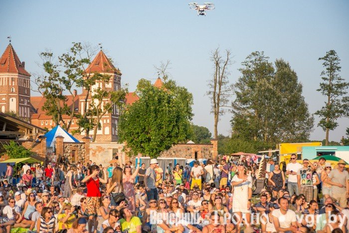 Фоторепортаж: возле Мирского замка отметили фестиваль Mirum Music (фото) - фото 4