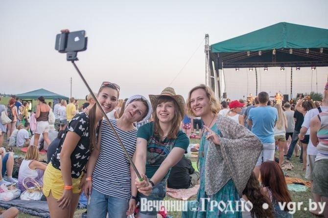 Фоторепортаж: возле Мирского замка отметили фестиваль Mirum Music (фото) - фото 11