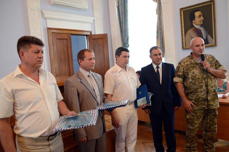 Бойцы «аэромобилки» одели мэра Николаева в десантный берет, фото-3