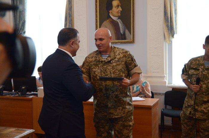 Бойцы «аэромобилки» одели мэра Николаева в десантный берет, фото-1