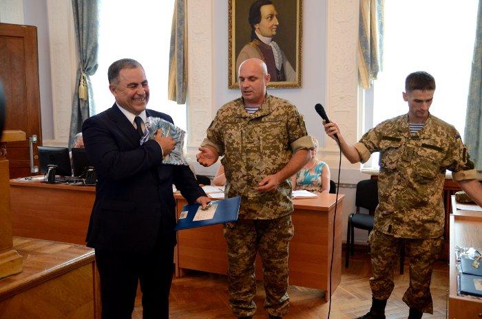 Бойцы «аэромобилки» одели мэра Николаева в десантный берет, фото-2