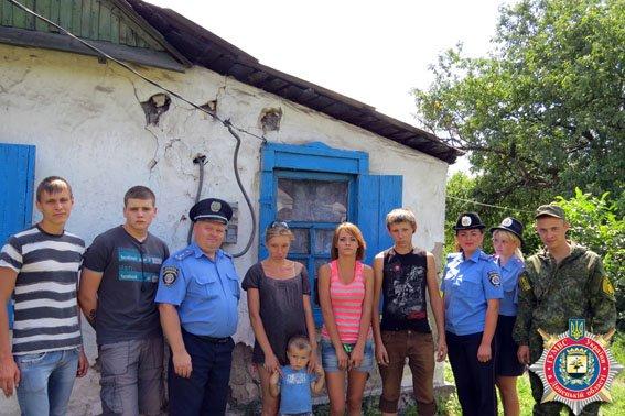 Красноармейские правоохранители вместе с трудными подростками помогли нуждающейся семье (фото) - фото 2