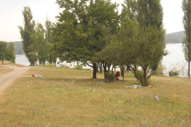 Отдыхающие превратили Симферопольское водохранилище в свалку (ФОТО) (фото) - фото 2
