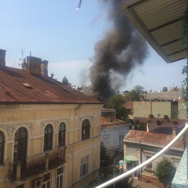 У Чернівцях сьогодні горіла історична будівля, фото-1