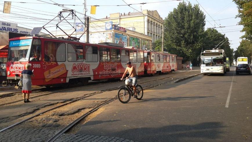 ДТП в Днепропетровске: на Нагорном рынке столкнулись трамвай и иномарка (фото) - фото 2