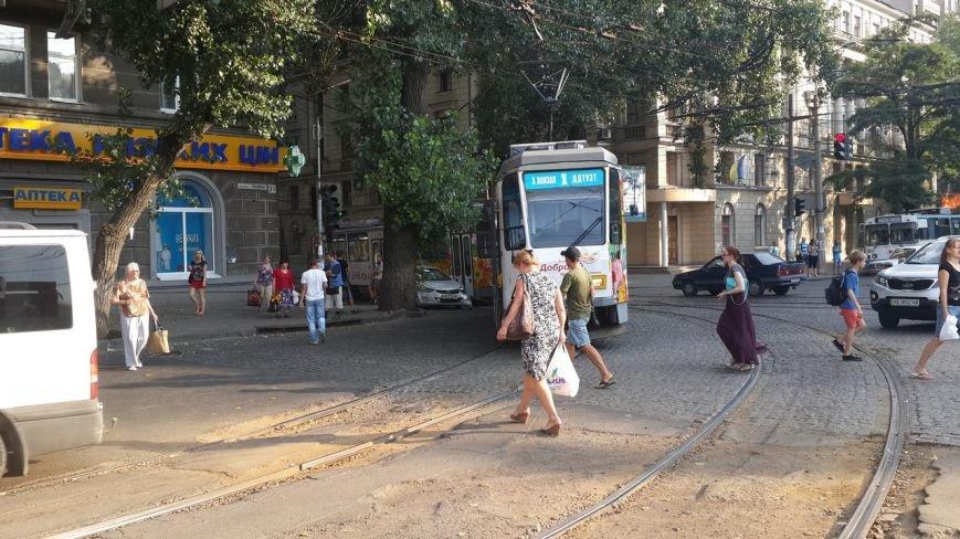 ДТП в Днепропетровске: на Нагорном рынке столкнулись трамвай и иномарка (фото) - фото 1