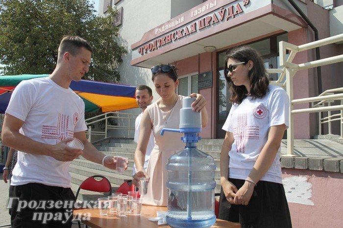 Фотофакт: волонтеры из Красного креста предлагают гродненцам в жару выпить холодной воды (фото) - фото 1