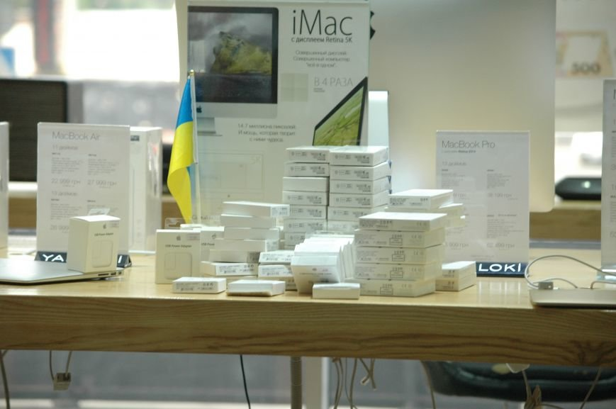 Налоговая изымает «айфоны» в запорожских магазинах YABLOKi (ФОТО), фото-7