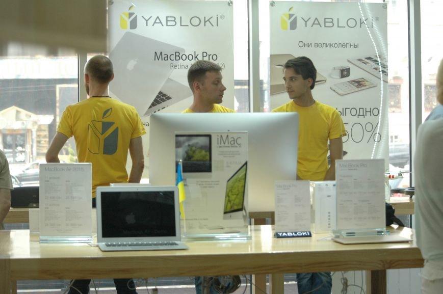 Налоговая изымает «айфоны» в запорожских магазинах YABLOKi (ФОТО), фото-3