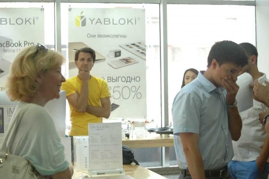 Налоговая изымает «айфоны» в запорожских магазинах YABLOKi (ФОТО), фото-6