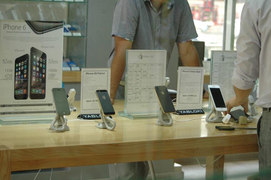 Налоговая изымает «айфоны» в запорожских магазинах YABLOKi (ФОТО), фото-9
