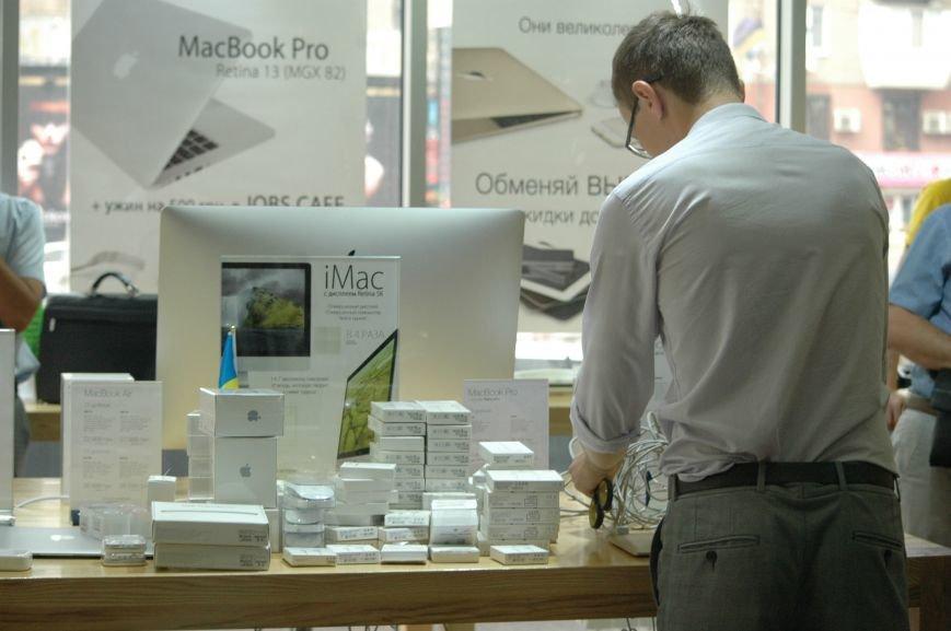 Налоговая изымает «айфоны» в запорожских магазинах YABLOKi (ФОТО), фото-8