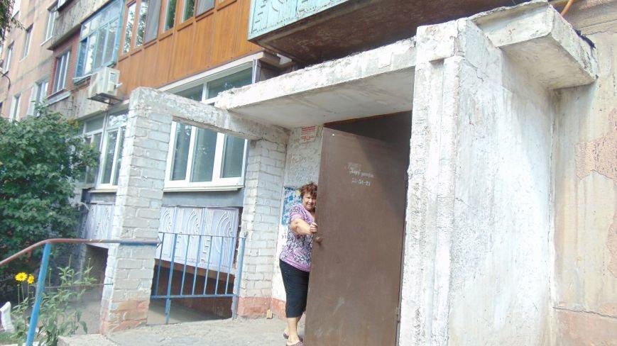 Мариупольцы в Ильичевском районе сносят крышу коммунальщикам из-за снесенного подъездного козырька (ФОТО) (фото) - фото 2