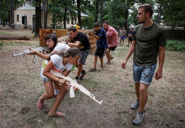 В Британском издании Daily Mail назвали «неонацистским» детский лагерь «Азова» под Киевом (фото) - фото 2