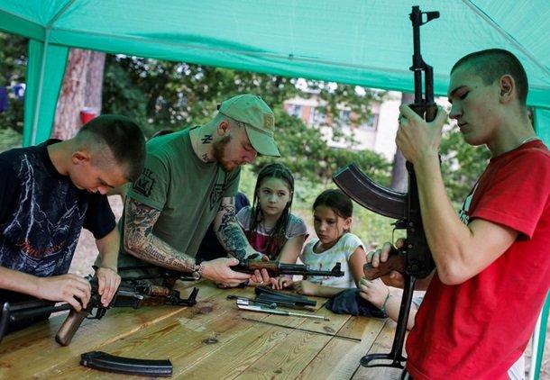 В Британском издании Daily Mail назвали «неонацистским» детский лагерь «Азова» под Киевом (фото) - фото 3