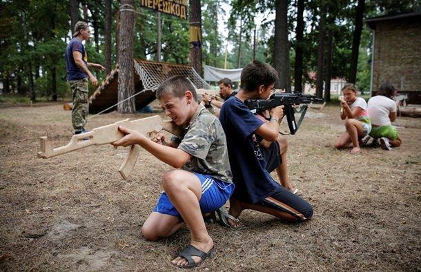В Британском издании Daily Mail назвали «неонацистским» детский лагерь «Азова» под Киевом (фото) - фото 4