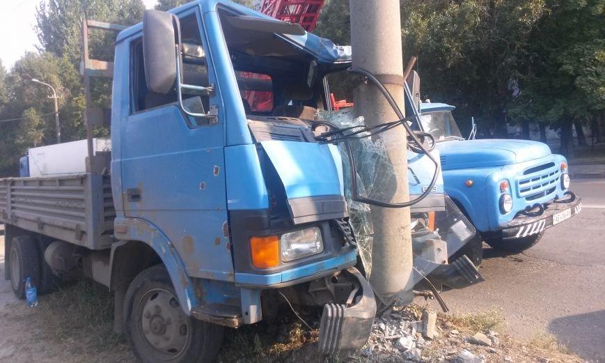 ДТП в Днепропетровске: грузовик врезался в электроопору, фото-2