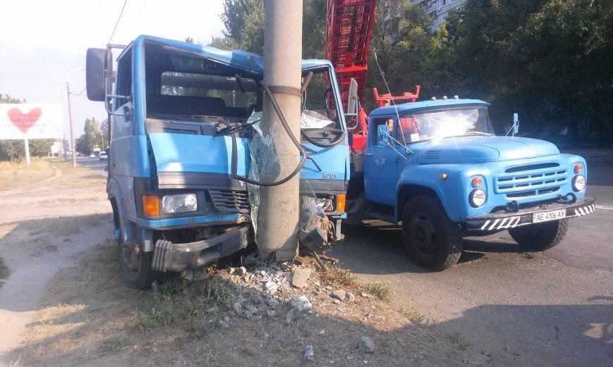 ДТП в Днепропетровске: грузовик врезался в электроопору, фото-1