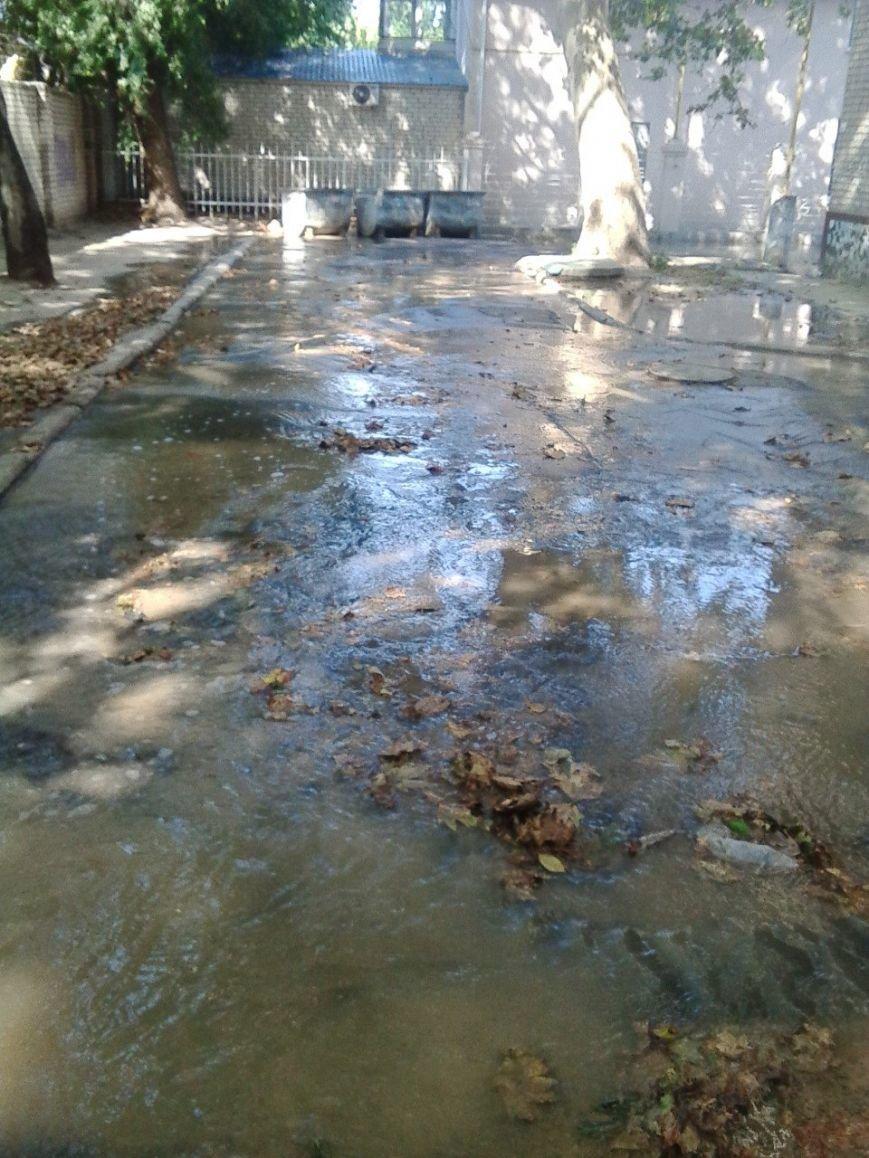 В Николаеве затопило дворы из-за аварии на водоводе (ФОТОРЕПОРТАЖ) (фото) - фото 4