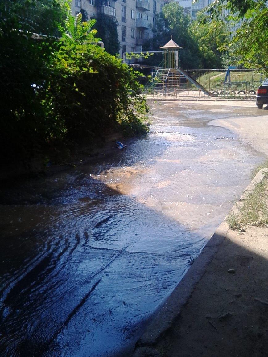 В Николаеве затопило дворы из-за аварии на водоводе (ФОТОРЕПОРТАЖ) (фото) - фото 3
