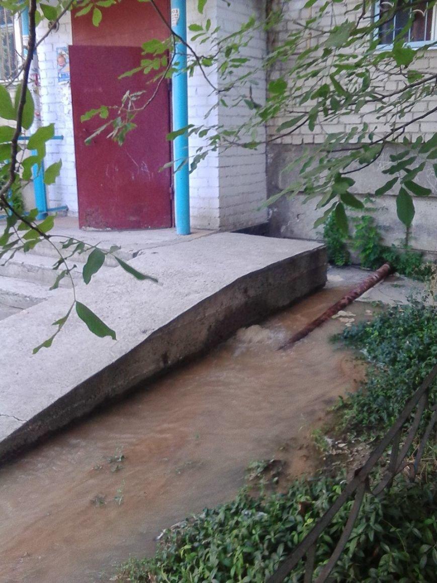 В Николаеве затопило дворы из-за аварии на водоводе (ФОТОРЕПОРТАЖ) (фото) - фото 1