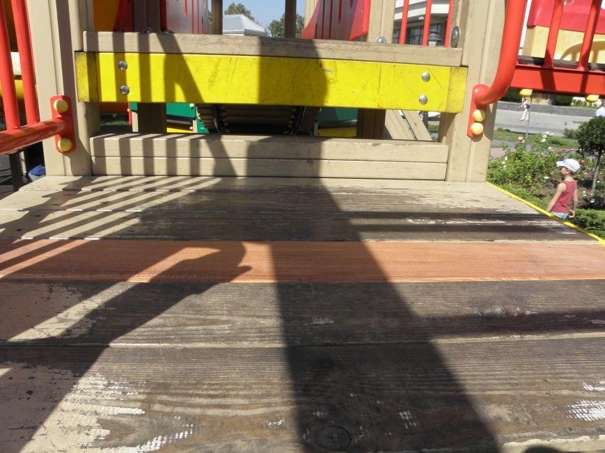 После сообщений в СМИ детскую площадку в центре Симферополя отремонтировали: прибили к аттракциону недостающую доску (ФОТО) (фото) - фото 1