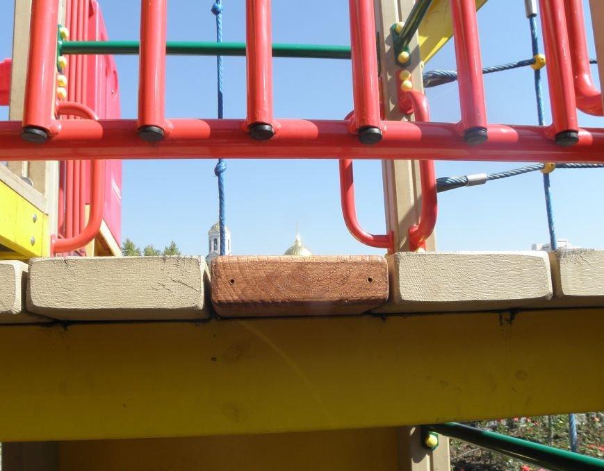 После сообщений в СМИ детскую площадку в центре Симферополя отремонтировали: прибили к аттракциону недостающую доску (ФОТО) (фото) - фото 3