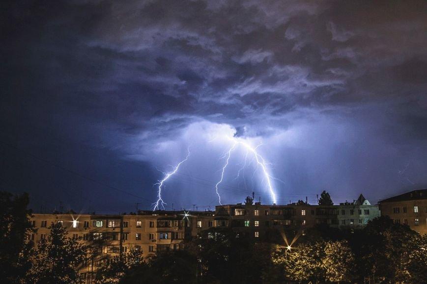 Запорожцы в соцсетях делятся фотографиями ночной молнии (ФОТО) (фото) - фото 1