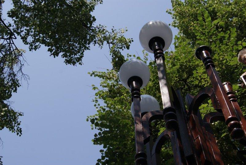 В центрі Тернополя комунальники замінили плафони вуличних ліхтарів (фото) (фото) - фото 1
