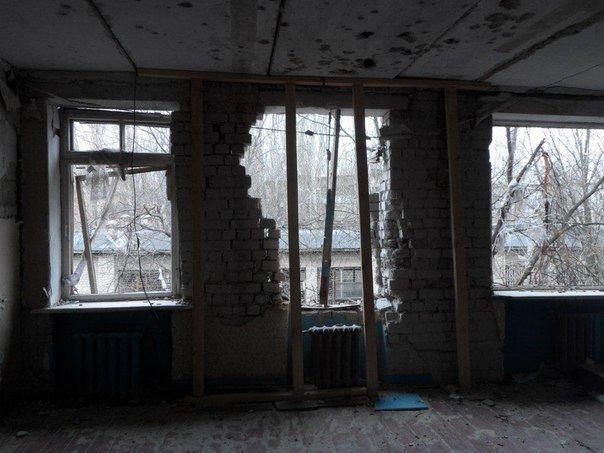 Авдеевский коксохимзавод помог восстановить разрушенные классы в школе № 5, приобрел окна и двери (фото) - фото 1