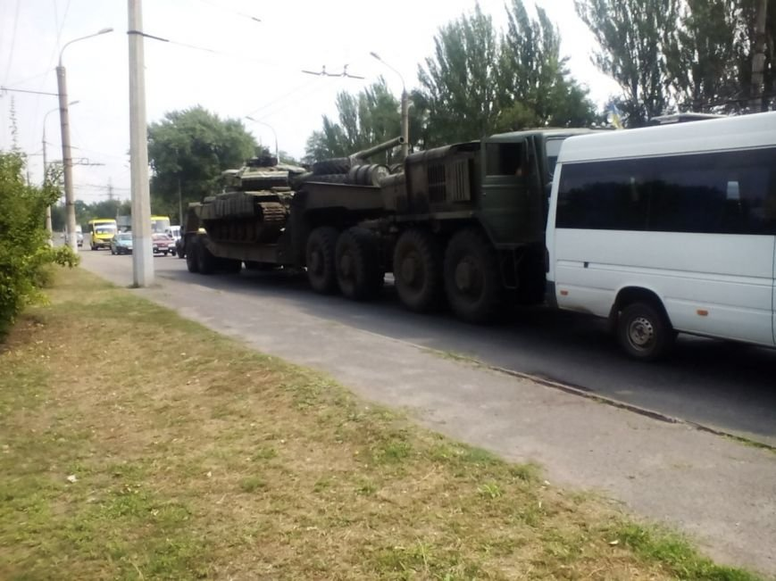 ДТП в Кривом Роге: танковый перевозчик толкнул остановившуюся на светофоре маршрутку с пассажирами (ФОТО) (фото) - фото 1