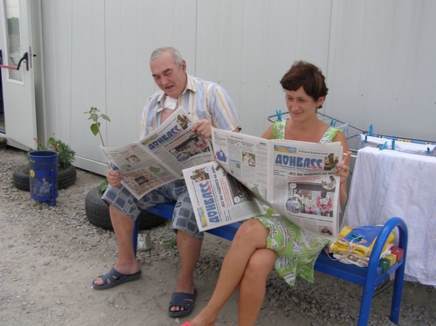 Запорожским переселенцам раздали газету с новостями Донбасса (ФОТОРЕПОРТАЖ) (фото) - фото 4