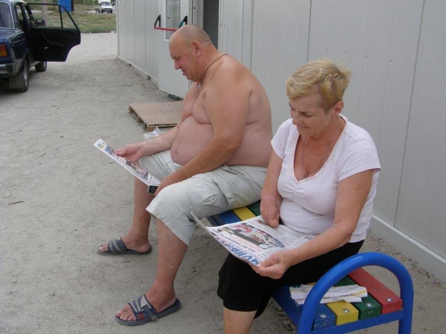 Запорожским переселенцам раздали газету с новостями Донбасса (ФОТОРЕПОРТАЖ) (фото) - фото 5