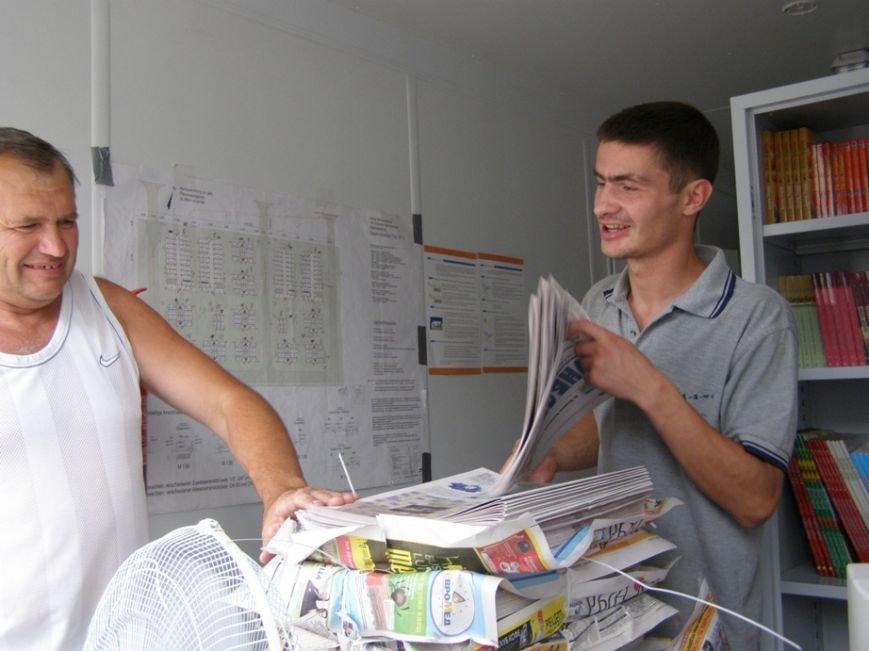 Запорожским переселенцам раздали газету с новостями Донбасса (ФОТОРЕПОРТАЖ) (фото) - фото 2