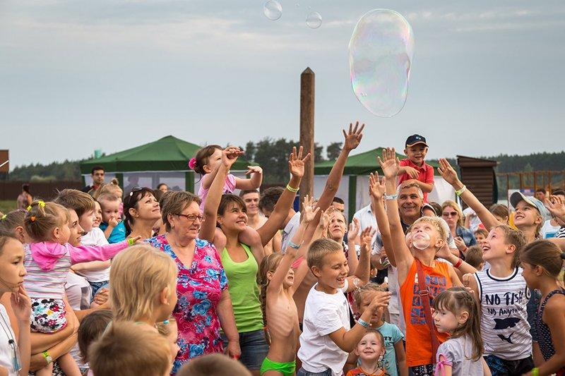 На благотворительной пляжной вечеринке белгородцы собрали 50 тысяч рублей на лечение онкобольных детей (фото) - фото 1