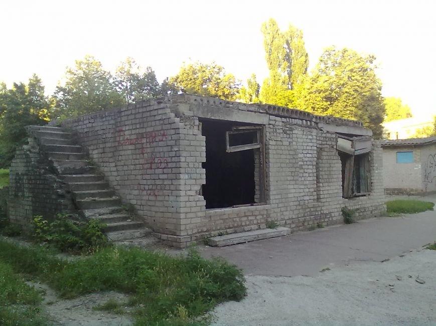 В Днепродзержинске люди жалуются на постройку возле школы, где собираются бомжи и наркоманы, фото-1