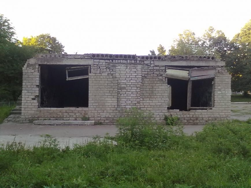 В Днепродзержинске люди жалуются на постройку возле школы, где собираются бомжи и наркоманы, фото-2