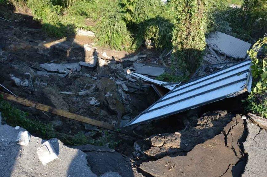 На Днепропетровщине оползень разрушил автобазу (фото) - фото 2