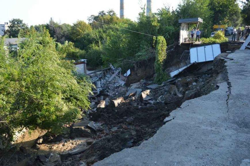 На Днепропетровщине оползень разрушил автобазу (фото) - фото 1