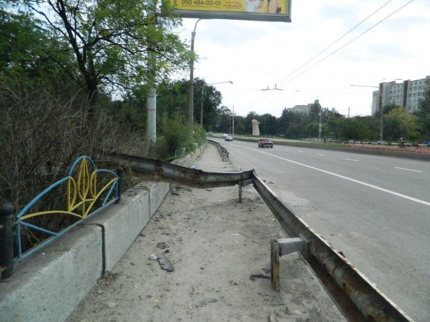 На запорожской дамбе поврежден колесоотбойник. ГАИ не в курсе (ФОТО) (фото) - фото 1