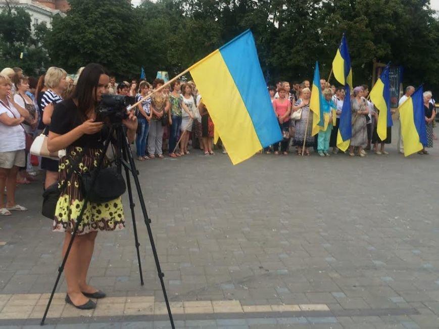 Мариупольцы  на Театральной площади поддержали переживших  обстрел сартанцев (ФОТО) (фото) - фото 3