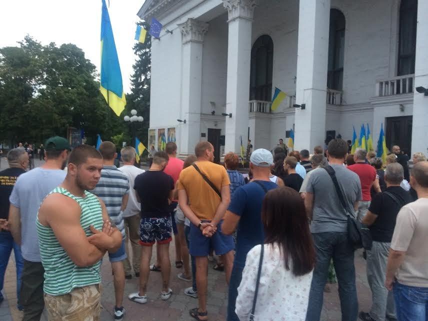 Мариупольцы  на Театральной площади поддержали переживших  обстрел сартанцев (ФОТО) (фото) - фото 1