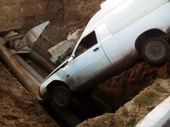 В Александрии машина упала в котлован. ФОТО (фото) - фото 1